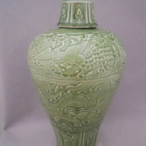 WRYPL05 Green engraved porcelain vase with lid