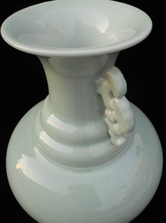 WRYKX04 Chinese celadon glazed vase
