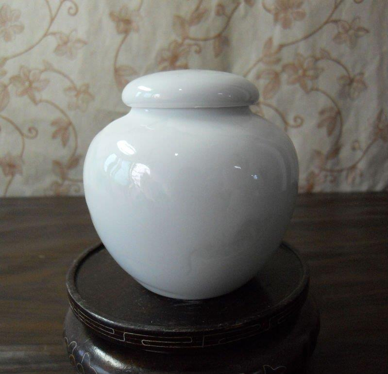 WRYAA23 small celadon porcelain jar with sealed cover