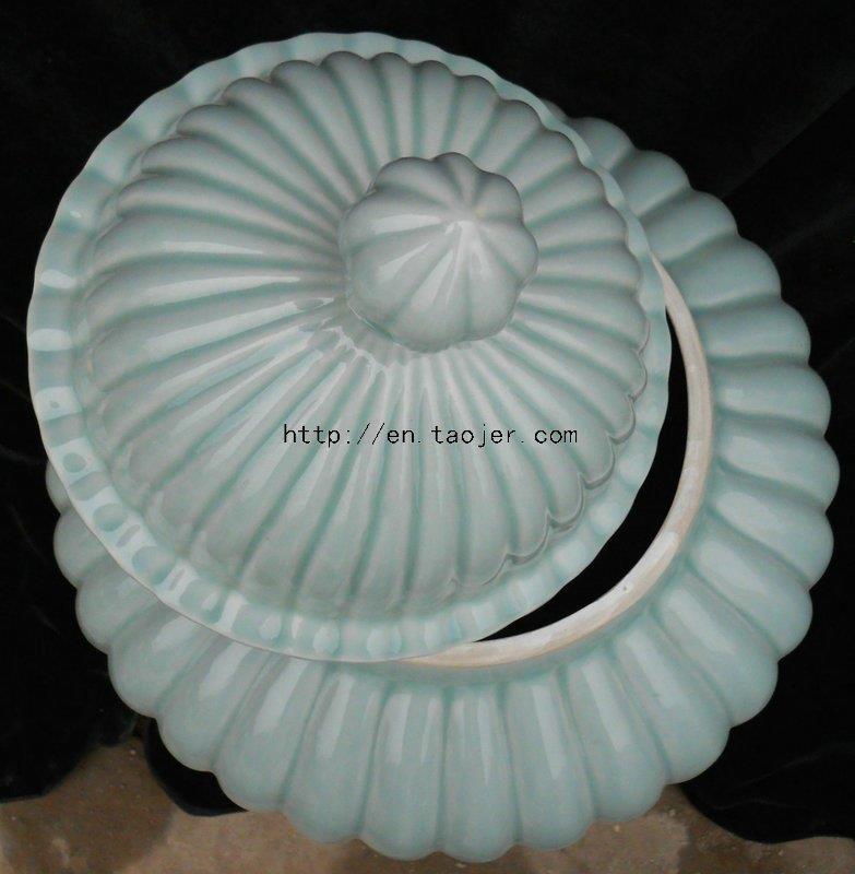 WRYMA03 Cladon ceramic jar with lid