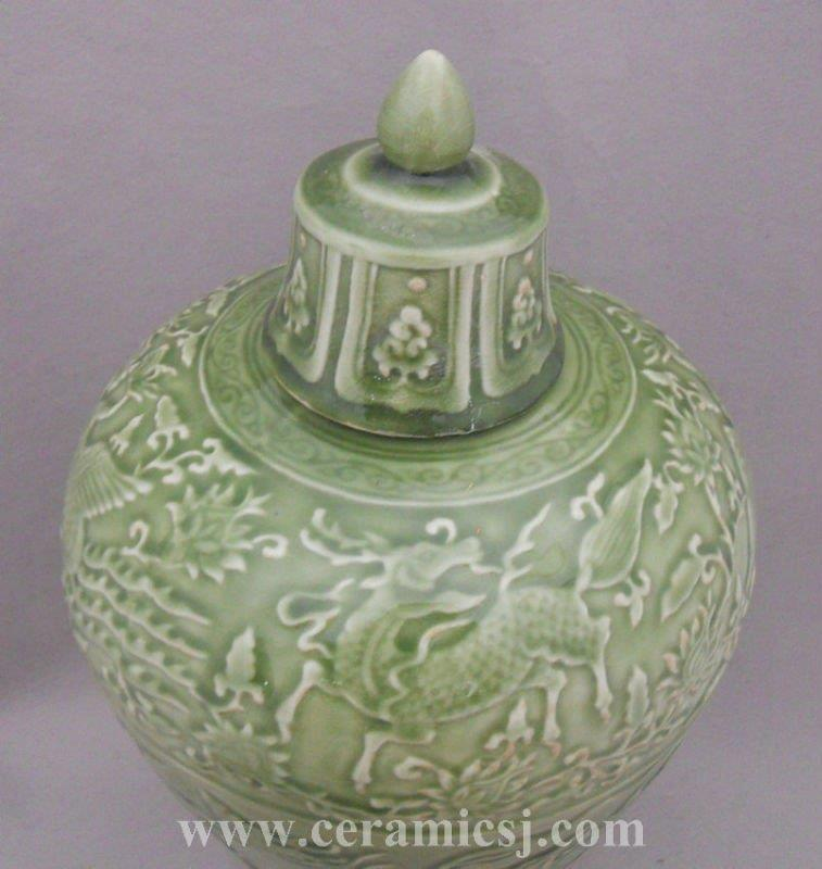 WRYPL05 Green engraved porcelain vase with lid