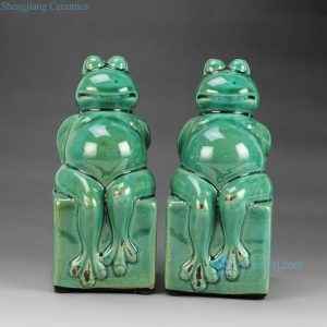 RYPU25 h7.5inch Pair of Crackle Green Cearmic Seated Frog Figurine
