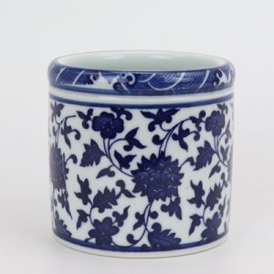 RZNV20-A Beautiful traditional ceramic blue and white lotus pattern round pen holder mini size